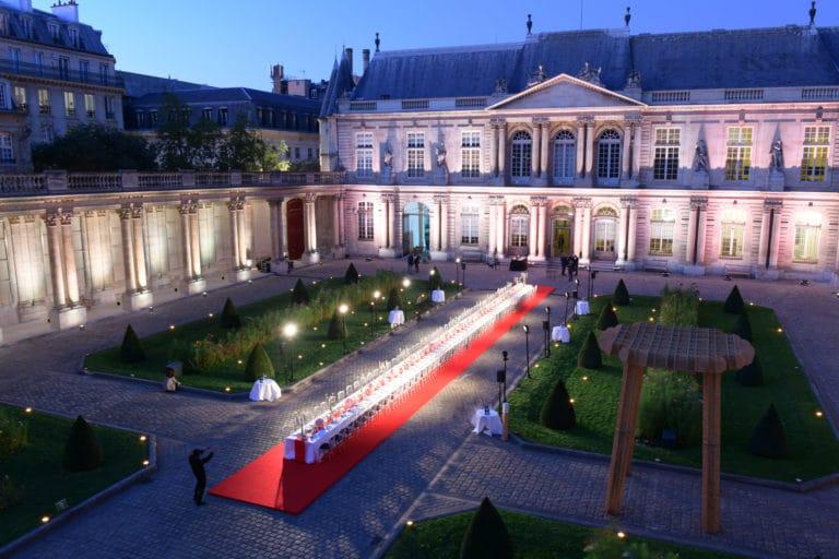 table diner exceptionnel hotel de soubises hotel particulier paris cours honneur table diner cent personnes seminaire usa agence wato evenementiel