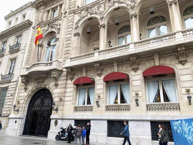 Facade-exterieure-du-casino-de-Madrid-balcon-drapeau-espagnol-madrid-espagne