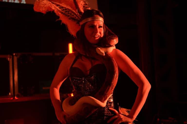 lia vinova plume serpent danse danseuse soiree ecozone habitat evenementiel theme peaky blinders charmeurse de serpent la chaufferie lille agence wato