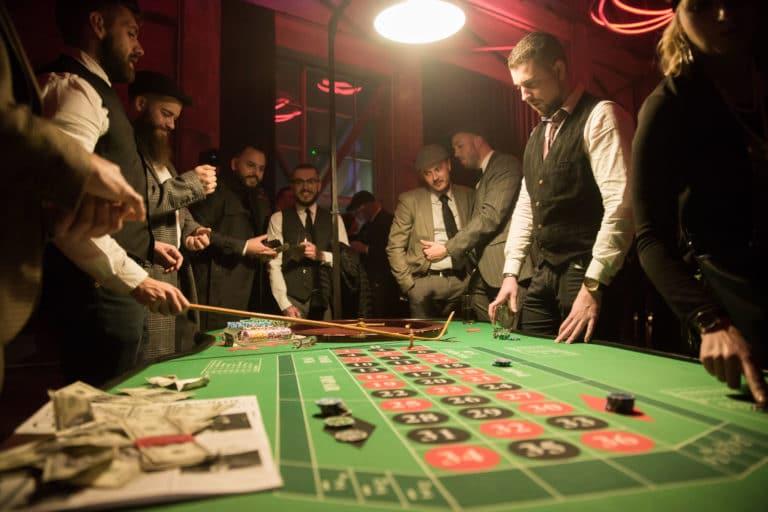 jeux table roulette casino dollar argent jetons soiree ecozone habitat evenementiel theme peaky blinders maison close dollars la chaufferie lille agence wato