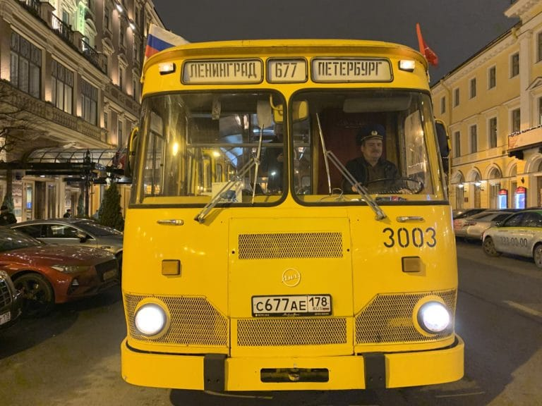 bus russe Liaz 677M saint petersbourg nuit de face sovietique jaune evenementiel seminaire immersif russie agence WATO international