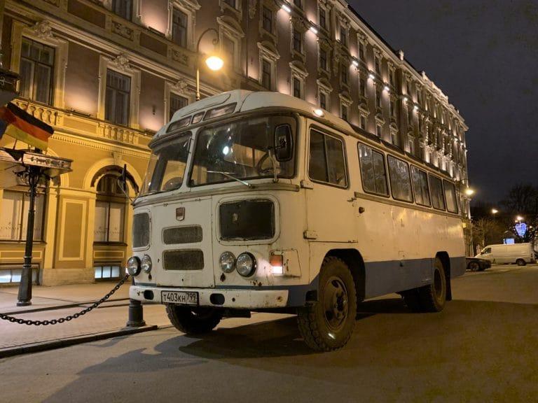 bus russe PAZ-672M blanc et bleu soviétique nuit saint petersbourg russie agence WATO international projet seminaire immersif russie hotel belmond