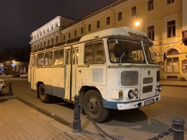 bus russe PAZ-672M blanc et bleu soviétique saint petersbourg russie agence WATO international projet seminaire immersif russie
