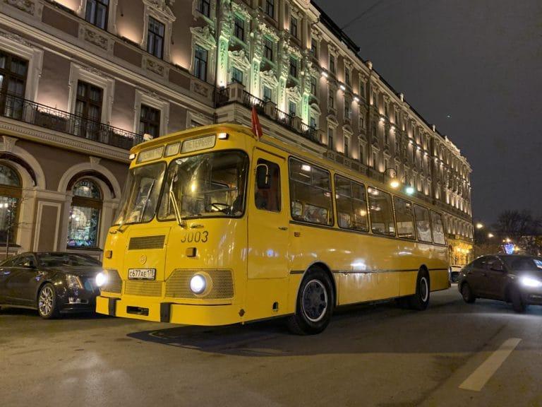 bus russe jaune liaz 677M vue de cote saint petersbourg russie sovietique hotel belmond nuit vintage bus retrobus seminaire immersif agence wato international