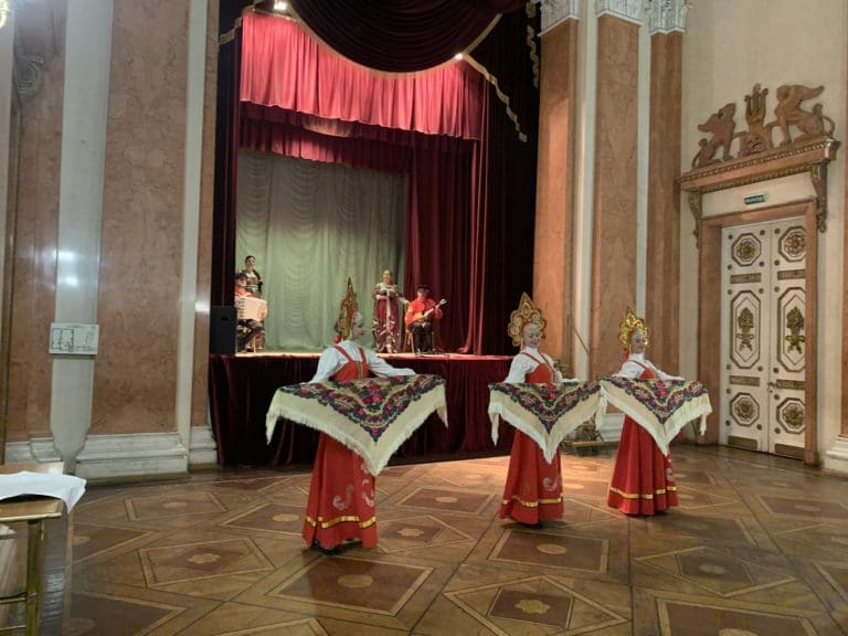danseuses russes traditionnelles foulard last palace saint petersbourg russie seminaire immersif agence wato international