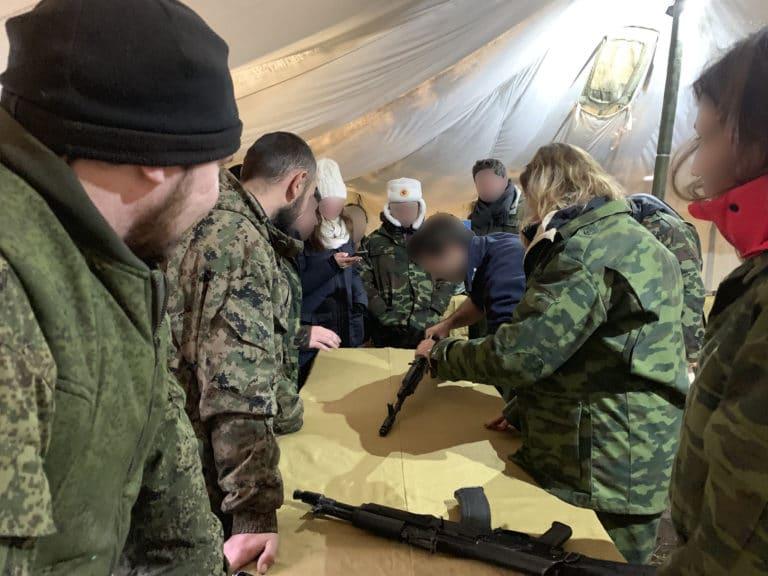 entrainement-montage-et-demontage-kalashnikov-tank-tour-saint-petersbourg-russie-entrainement-militaire-seminaire-immersif-agence-wato-international