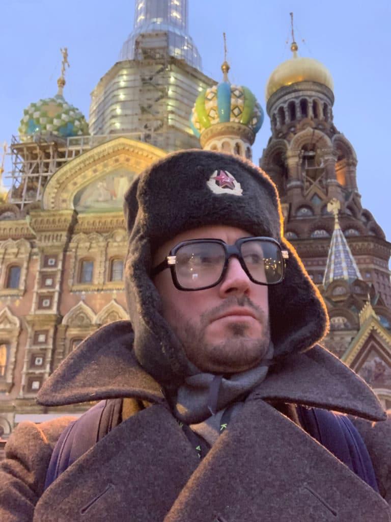 foulques-jubert-costume-en-espion-russe-cathedrale-saint-sauveur-sur-le-sang-verse-saint-petersbourg-russie-agence-WATO-seminaire-immersif-russie