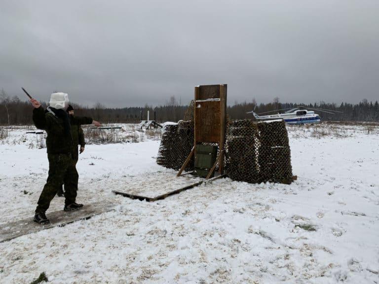 lancer-de-couteaux-entrainement-militaire-tank-tour-saint-petersbourg-seminaire-immersif-russie-agence-wato-international