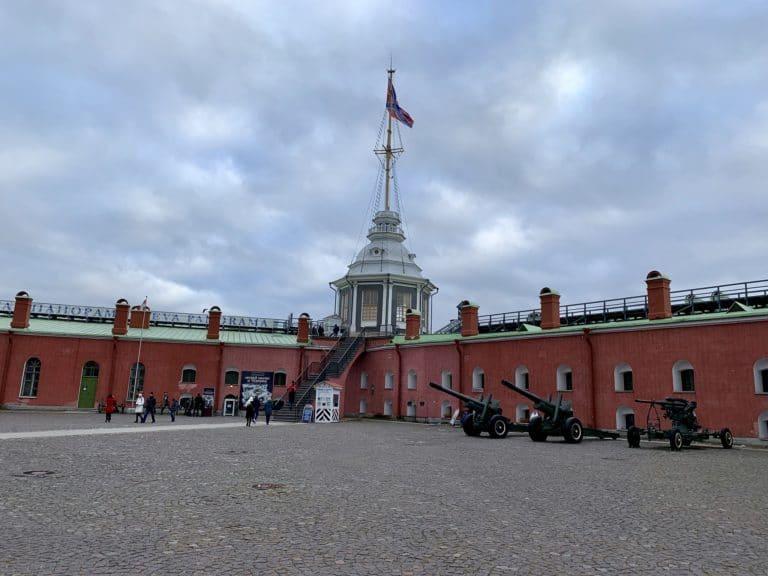 Bastion Narychkine place avec canons esplanade forteresse Pierre et Paul saint petersbourg Russie