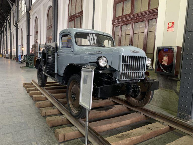 Fargo Power Wagon bleu ciel voiture sur rails Madrid Museo Del Ferrocarril Madrid Espagne