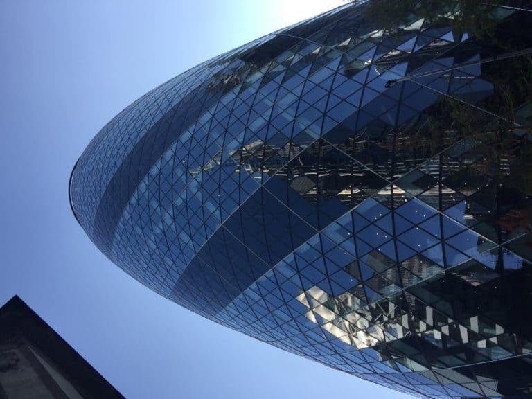 Gherkin london le cornichon de la city gratte ciel en forme d'obus londres