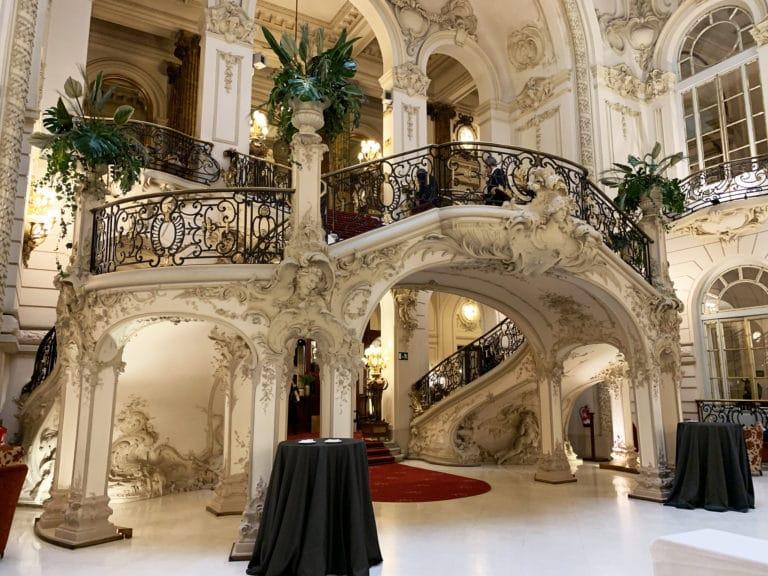 Grand-escalier-Casino-de-Madrid-architecture-spectaculaire-madrid-Espagne