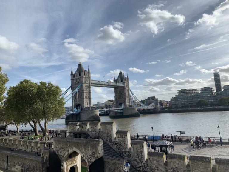 London bridge vue des remparts de la tour de londres angleterre ciel nuageux