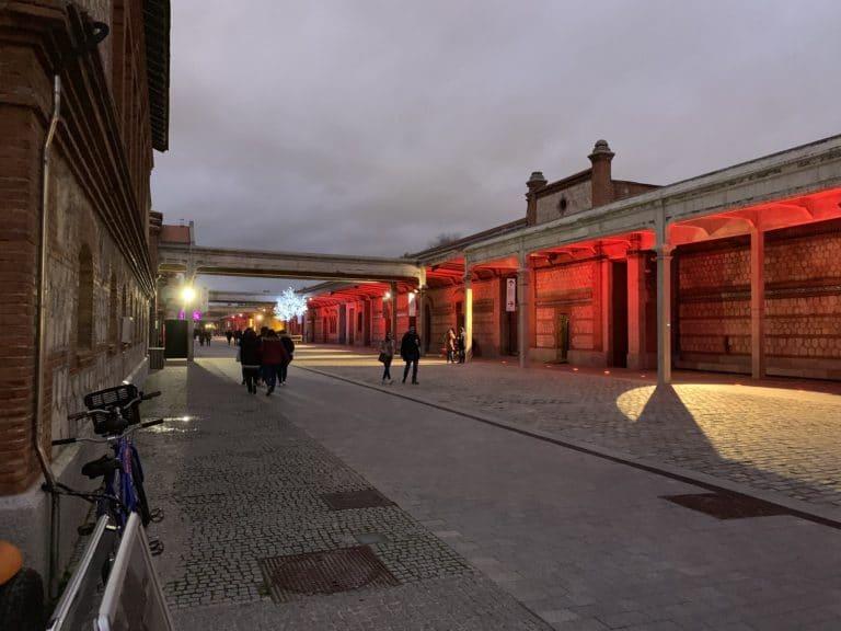 Matadero Madrid lumières rouges la nuit