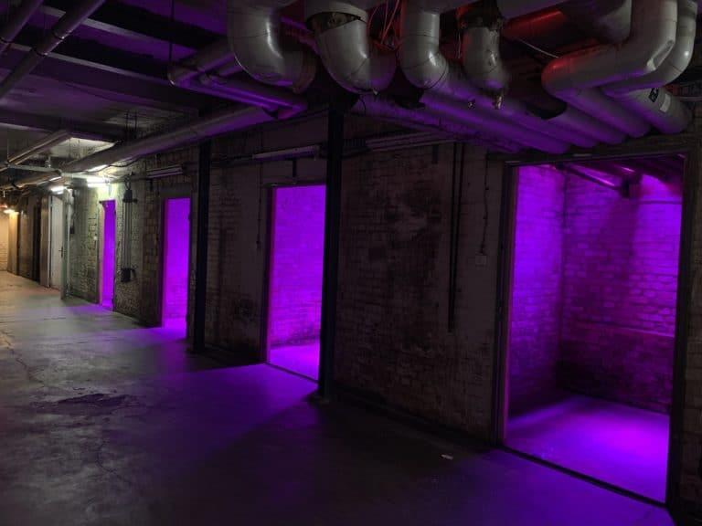 alte muenze berlin sous sol mysterieux portes lumieres violettes