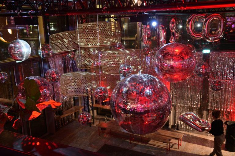 amazon disco ball wato we are the oracle soiree paris evenementiel dock b boule a facette scenographie rideau scintillant