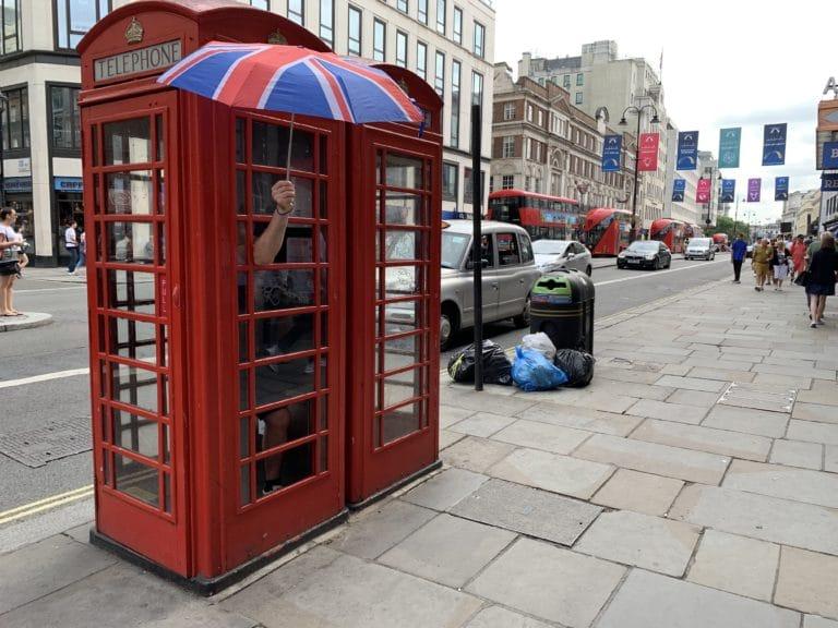 cabine telephonique londonnienne parapluie union jack fun