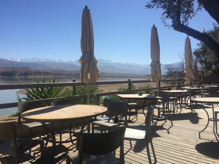 cafe flouka lac lalla takerkoust terrasse ensoleillee vue montagne atlas desert agafay marrakech maroc