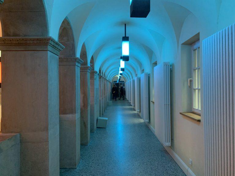 couloir mysterieux bleu oderberger stadbat Straße pool piscine lieu evenementiel berlin