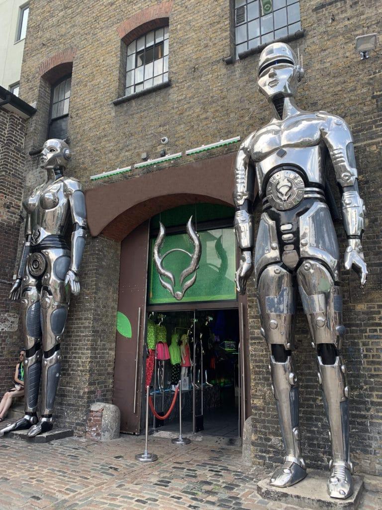 cyberdog-boutique futuriste-exterieur-porte-d'entrée-robots-geants-en-metal-camdentown-shopping-londres-royaume-uni