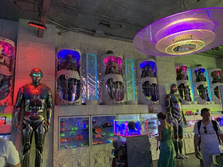 cyberdog interieur london robot decor scenographie futuriste syfy shopping londres royaume uni