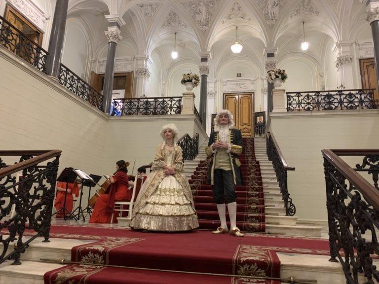duo de comedien en costumes anciens palais nikolaevsky saint petersbourg russie