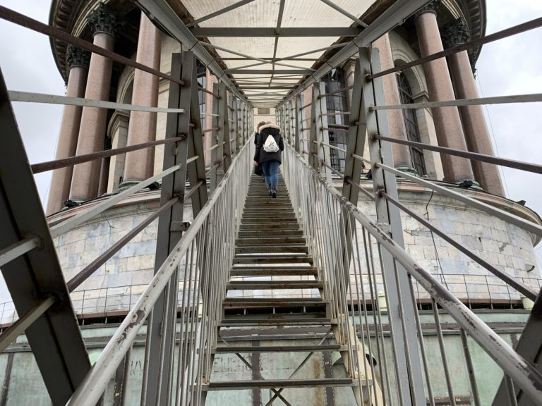 escalier metalique vers rooftop cathedrale saint isaac saint petersbourg russie reperage