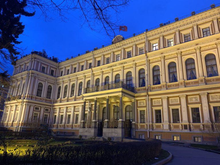 facade palais nikolaevsky nuit saint petersbourg russie reperage