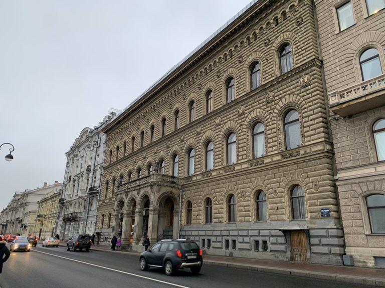 facade vue de coté fronton du palais du prince vladimir maison des scientifiques saint petersbourg russie