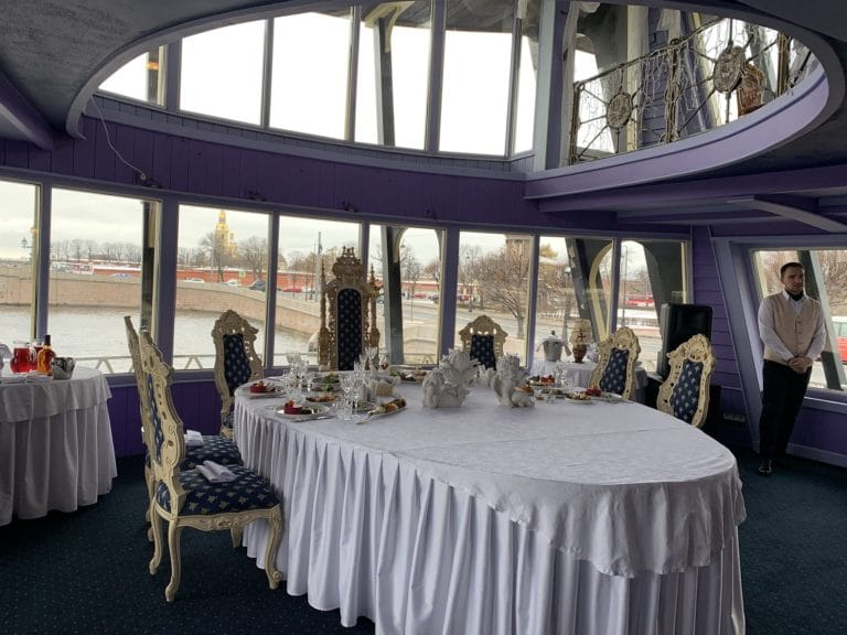 interieur bateau blagodat fregat table déjeuner vue neva chasse de lieux saint petersbourg russie
