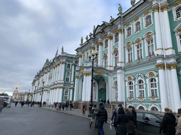 palais d'hiver musee de l'ermitage facade chasse de lieux saint petersbourg russie