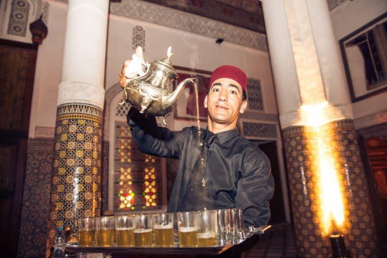 palais soleiman ceremonie du the a la menthe serveur portant un fes marrakech lieu evenementiel luxe maroc