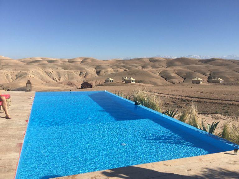 piscine dans le desert agafay vision extraordinaire agafay desert luxury camp marrakech maroc