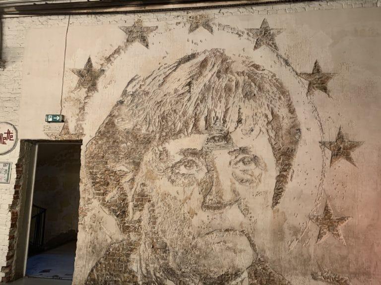 sculpture angela merkel sur mur de briques berlin