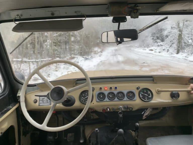 tableau de bord jeep UAZ 469 russe volant neige compteur saint petersbourg seminaire immersif russie agence WATO international