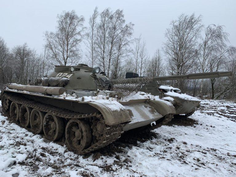 tank T55 neige tank tour saint petersbourg russie chenilles canon