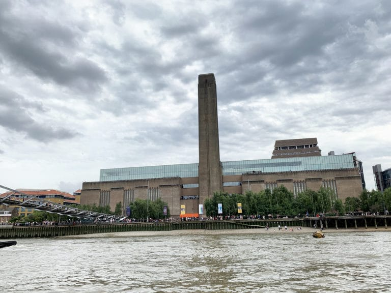 tate-modern-london-view-from-the-thames-massive-factory-cheminee-londres-uk