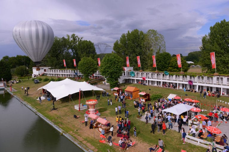 tente stretch montgolfiere evenement festif fun scenographie sur mesure plage de lys chantilly france amazonland amazon france agence wato we are the oracle evenementiel events