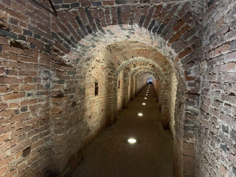 tunnel de la poterne forteresse pierre et paul tunnel de briques perspectives saint petersbourg russie reperage