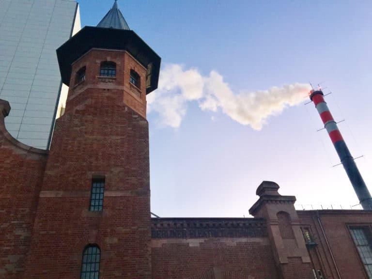 turbinenhalle-berlin-exterieur-usine-brique-rouge-cheminée-fumee-blanche-evenementiel