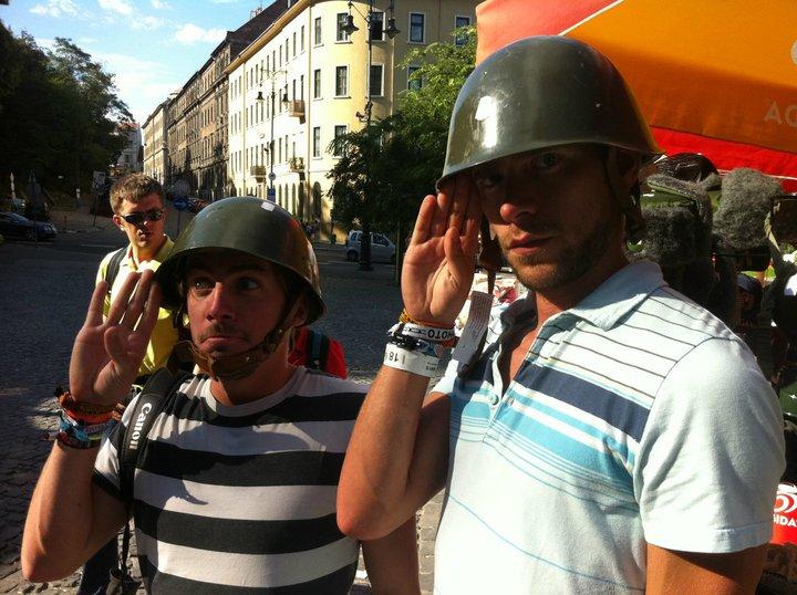 FJ et DD portent le casque a Budapest 2011 world party tour