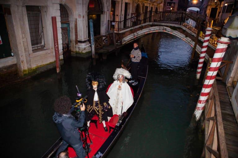 Foulques Jubert Tournage dans une gondole dans un canal venitien pour le projet Venise sous Paris