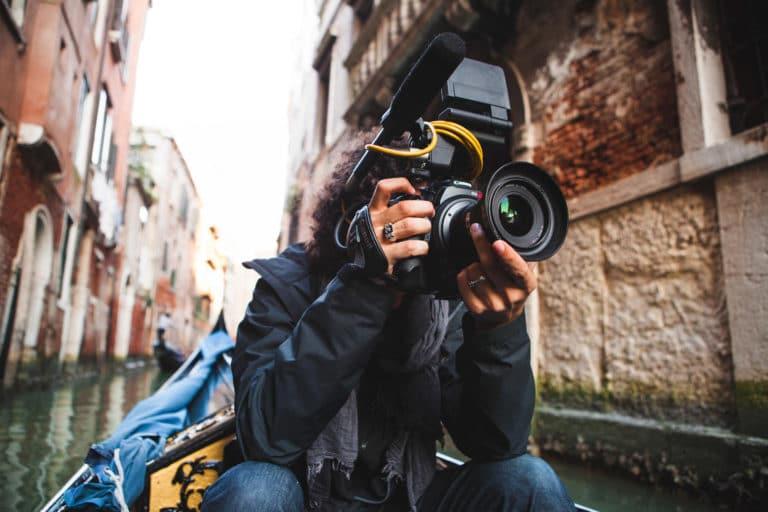 Raphael Gatti cameraman tournage a venise dans une gondole pour avec agence WATO international et son projet venise sous paris