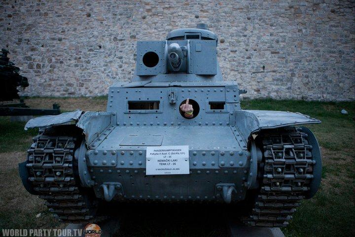 doigt d honneur dans un tank a belgrade world party tour 2011