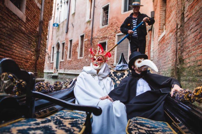 duo de personnages masques dans une gondole a venise