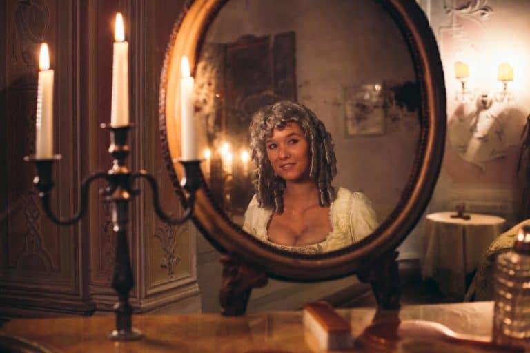 iris de rode costume venitien reflet miroir chandelier bougie