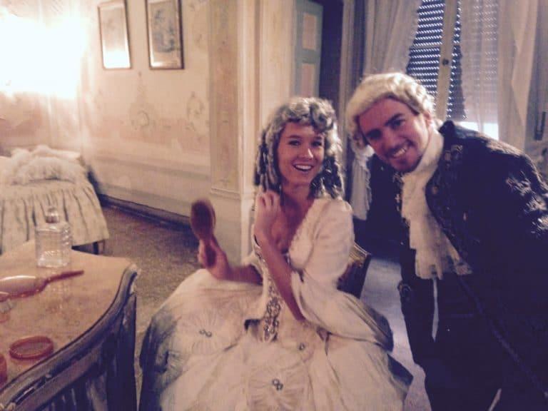 iris et foulques morts de rire a un tournage a venise en costume XVIIIe