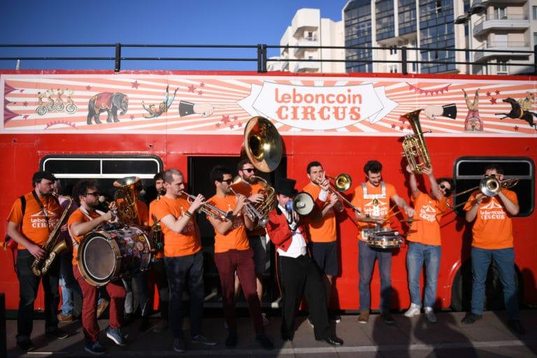leboncoin-circus-cirque-bormann-wato-we-are-the-oracle-paris-bus-anglais-personnalisation-fanfare-vilains-chicots-t-shirt-orange.jpg