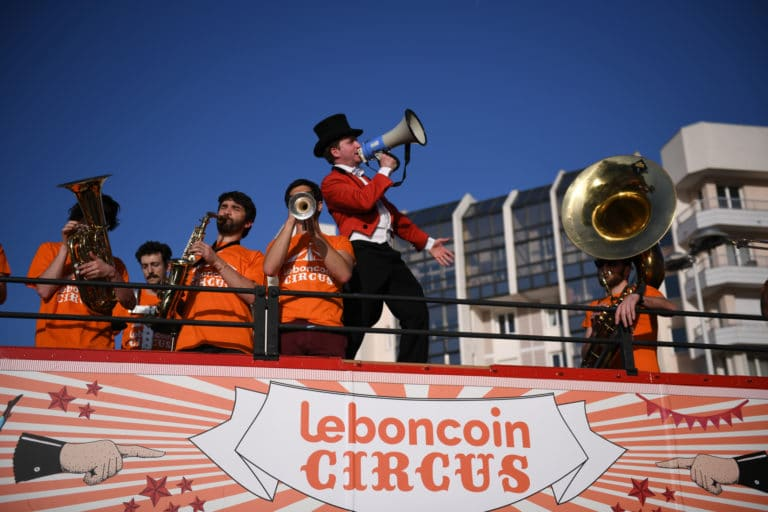 leboncoin-circus-cirque-bormann-wato-we-are-the-oracle-paris-fanfare-vilains-chicots-foulques-jubert-megaphone.jpg