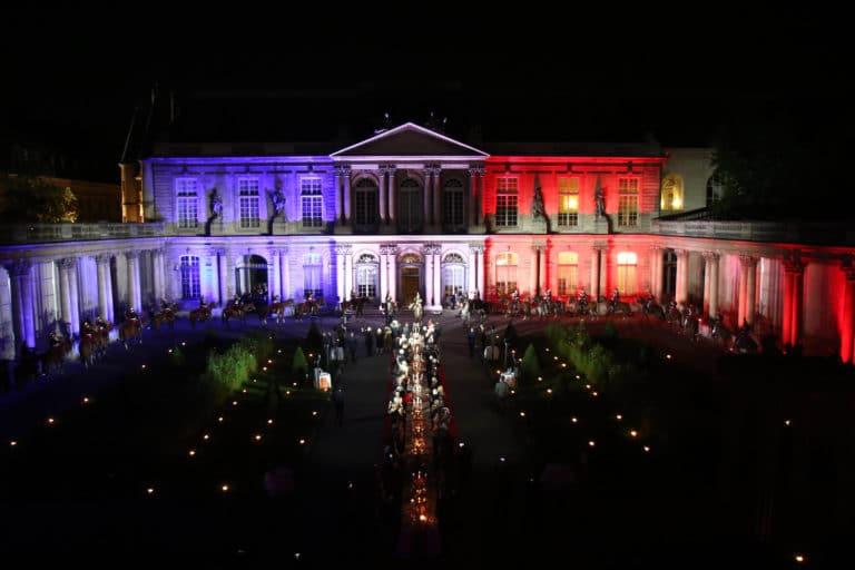 mapping-drapeau-francais-hotel-de-soubises-hotel-particulier-paris-cours-honneur-table-diner-cent-personnes-seminaire-usa-agence-wato-evenementiel-.